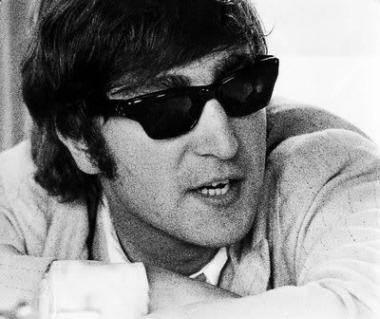 http://www.beatlesebooks.com/files/1619622/uploaded/lennon%20sunglasses%201964.jpg